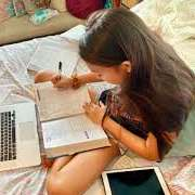 Fillette étudiant en ligne